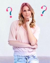 Foto di una donna dubbiosa con punti di domanda sullo sfondo. L'immagine illustra che è comune porsi molte domande sulle mestruazioni, alle quali o.b.® ha cercato di rispondere qui.